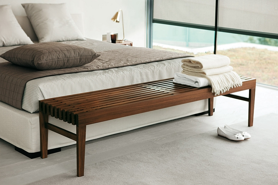 Современная скамья в интерьере спальни