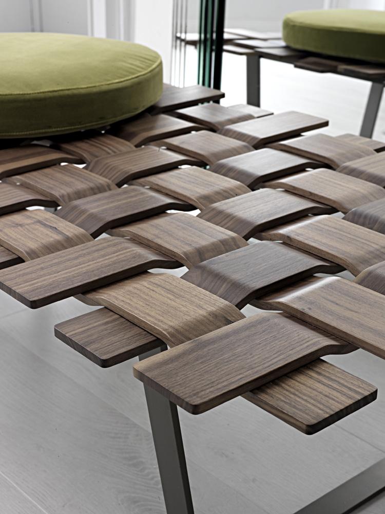 Современная деревянная плетёная скамья