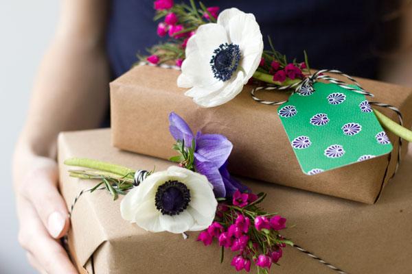 Упаковка подарка в бумагу в цветочек