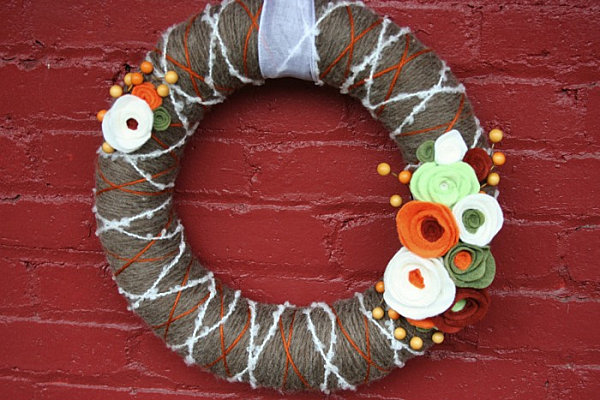 Венок из ярких ниток с цветами