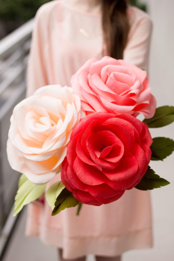 Большой розы из гофрированной бумаги своими руками
