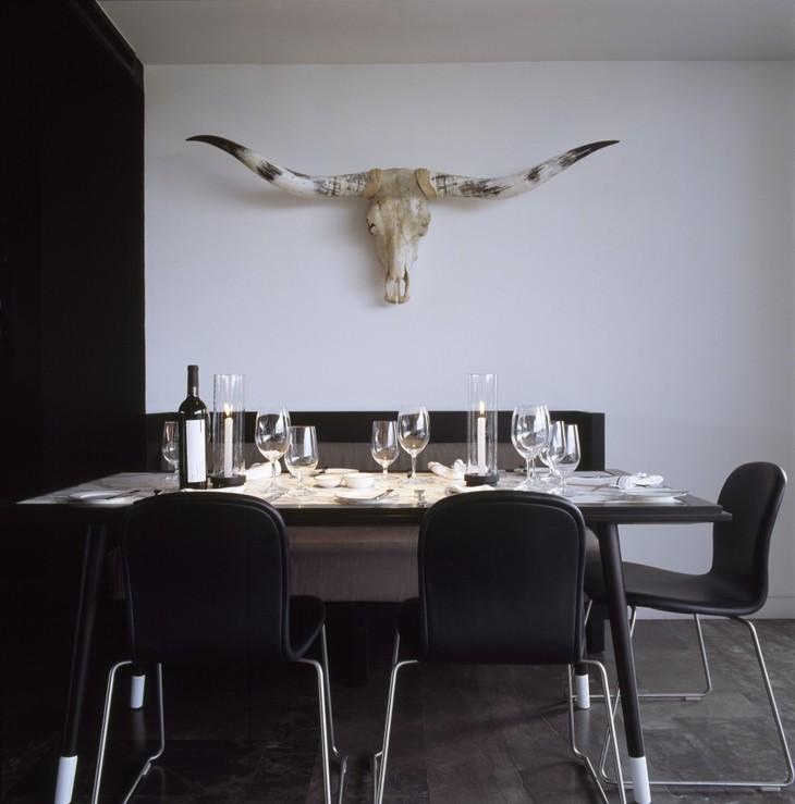Сервированный стол в ресторане отеля Hotel Habita MTY в Мексике