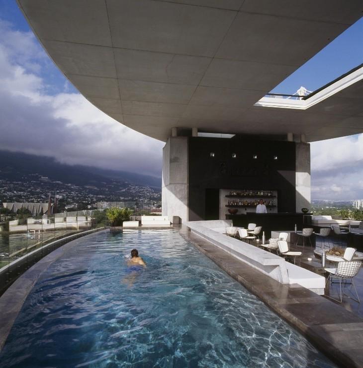 Видовой бассейн отеля Hotel Habita MTY в Мексике
