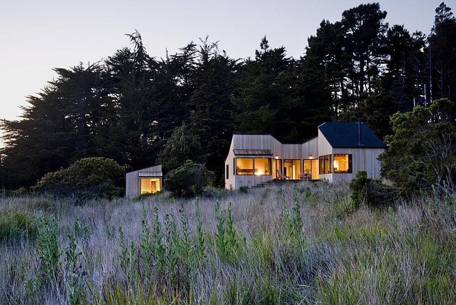 Небольшой деревянный дом в современном стиле