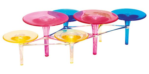 Многоцветный пластиковый столик