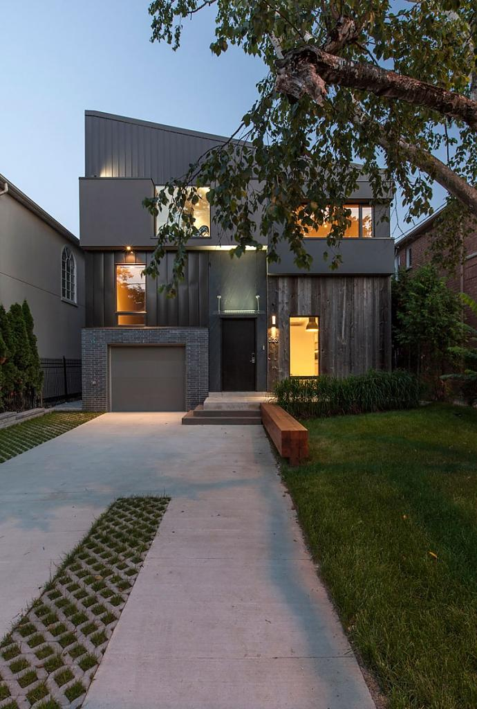 Дизайн в коттедже: фасад в стиле тетрис и тёплый интерьер