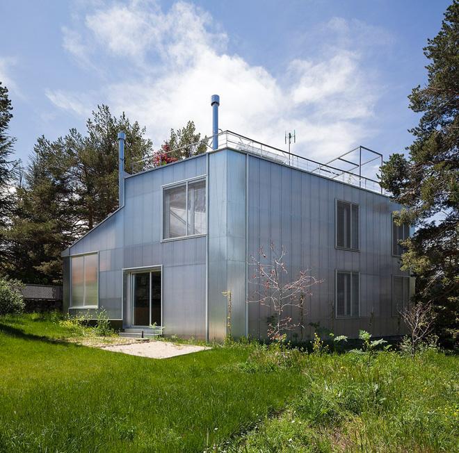 Красивые проекты каркасных домов: полупрозрачный лесной домик в Испании