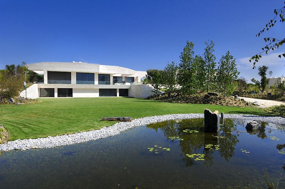 Отделка фасада дома травертином: роскошный особняк от A-Cero Architects