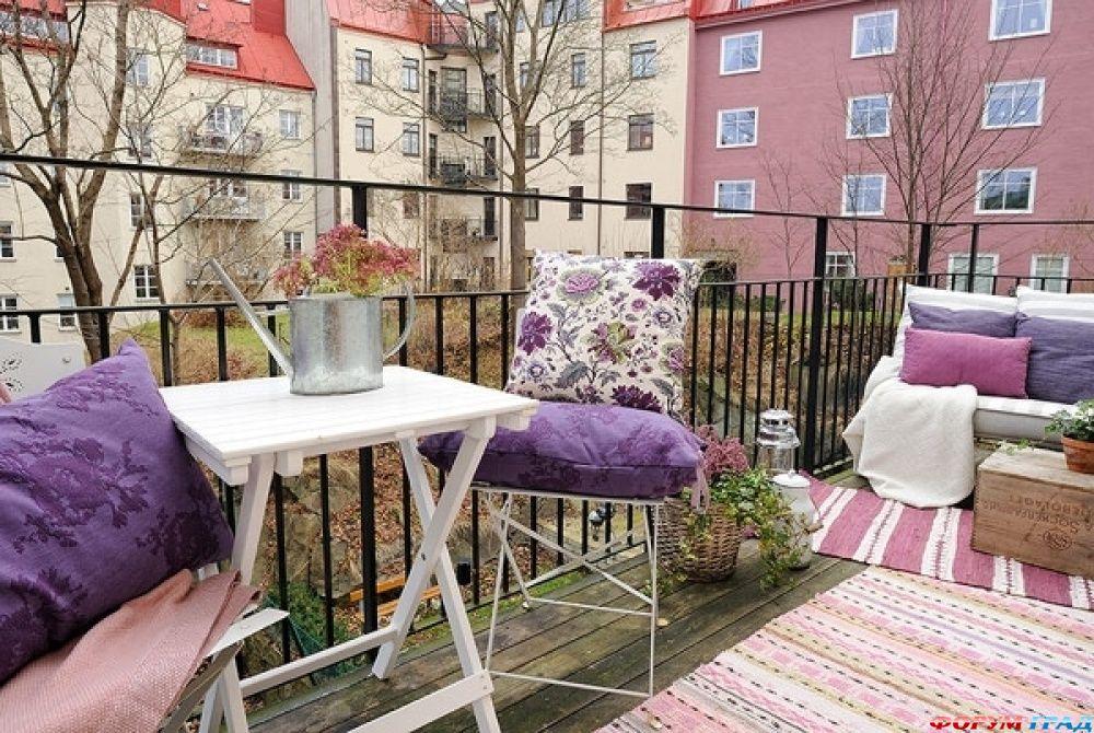 Дизайны небольших балконов в светлом цвете.