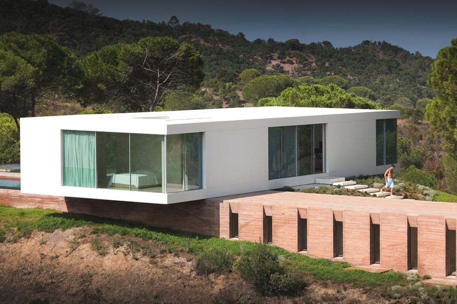 Параллелепипед в архитектуре: оригинальный контрастный особняк в Португалии