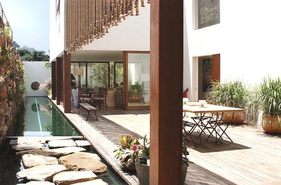 Дома Бразилии: особняк Casa d'Água в этно-стиле с бассейном и прудом