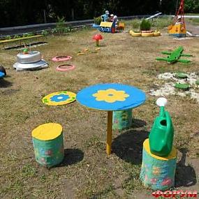 Нашла еще несколько идей обустройства детской площадки в детском саду.