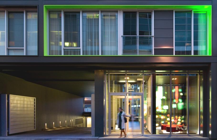 Красивые фасады многоэтажных домов: игра зелёного и оранжевого в амстердамском доме