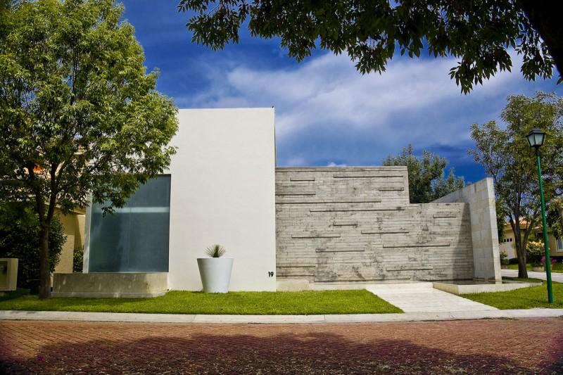 Дом П-образной формы: проект ITA House от Taller5 Arquitectos