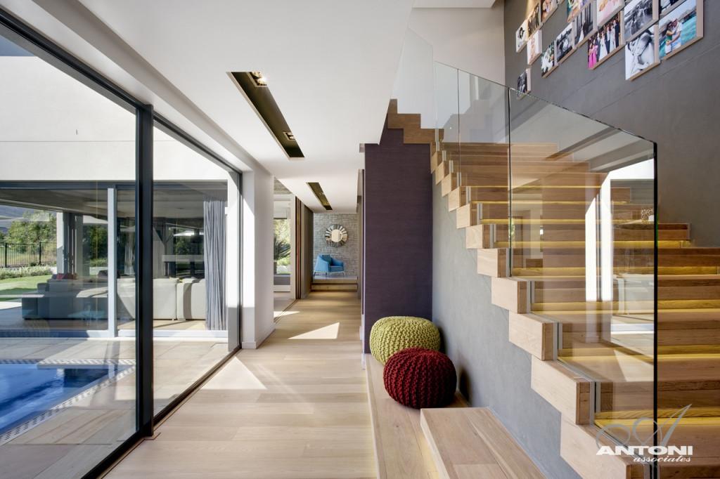 Бассейн в доме и мебель из натурального дерева: стильный особняк в Кейптауне
