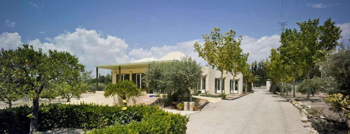 Дом загородный в Испании: светлый песчаник и окна со ставнями
