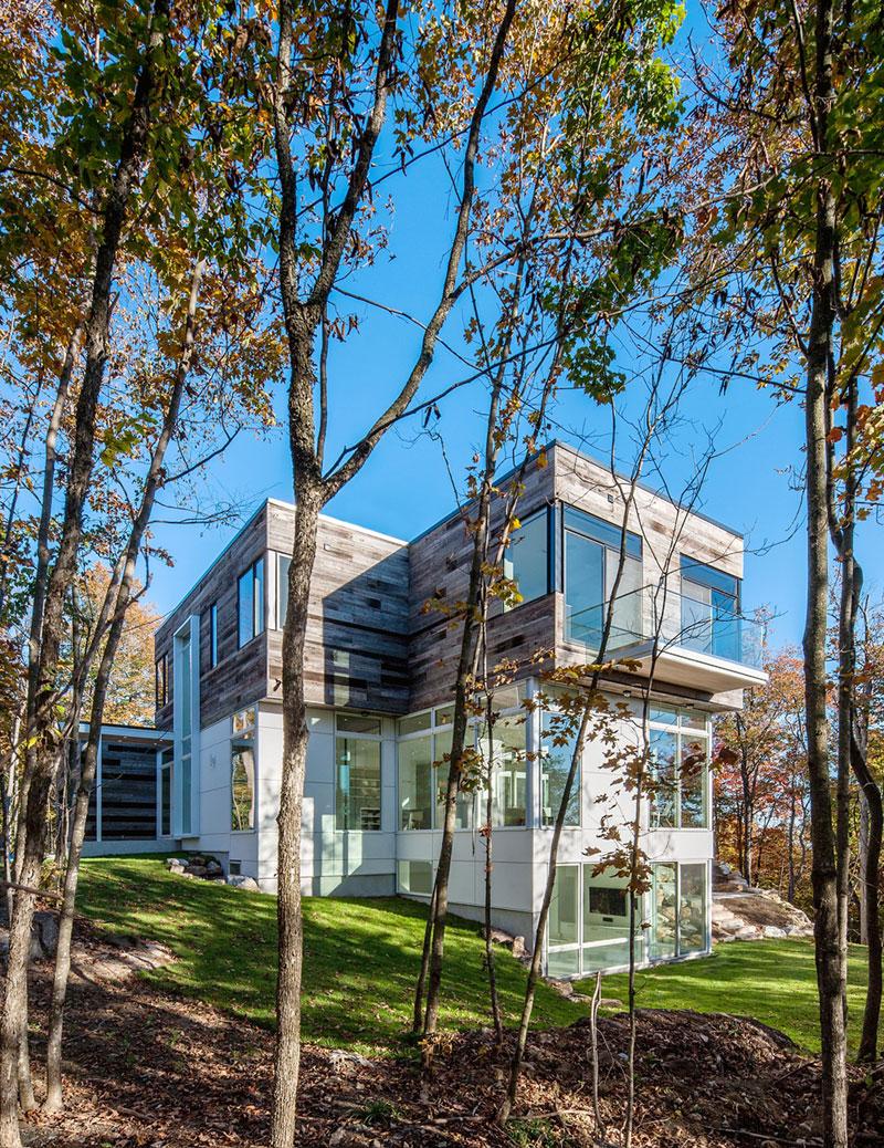 Загородный дом в лесу: необычный проект Gatineau Hills в Квебеке
