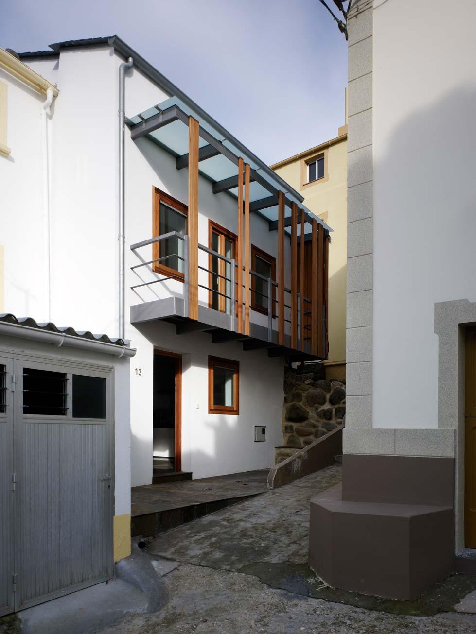 Интерьер испанского дома: дерево, камень и необычные окна