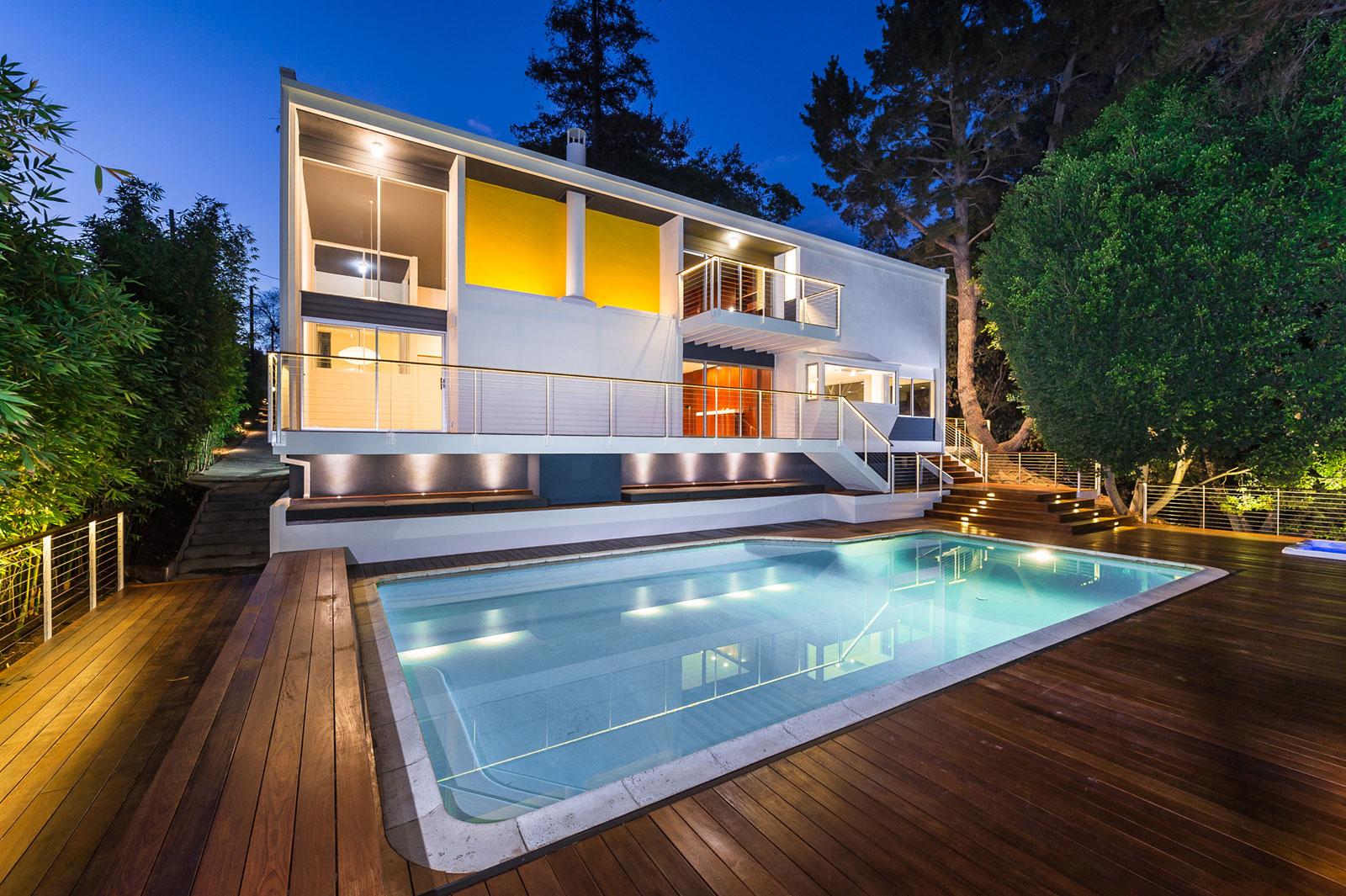 Реконструкция коттеджа в Калифорнии: яркий фасад и уютный интерьер