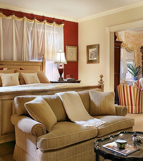 Мягкий диван в спальне