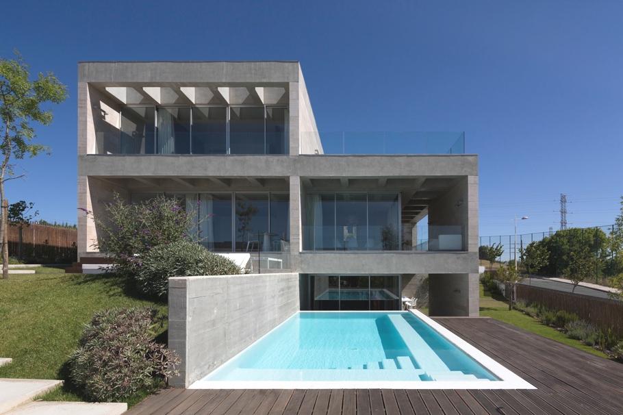 Дома из стекла и бетона: солидный дом с балконами и террасами