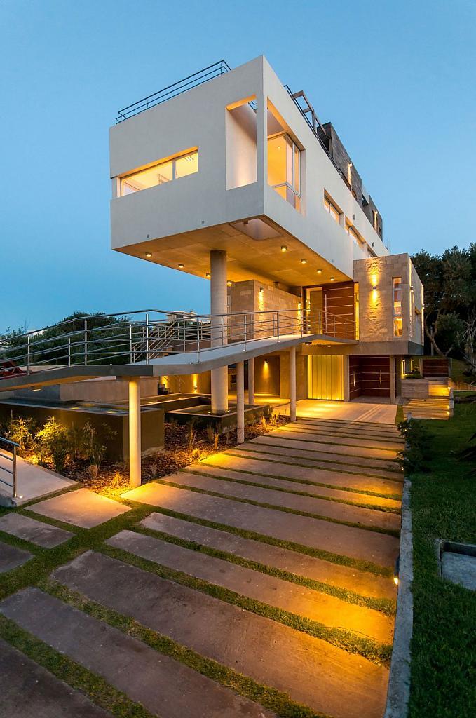 Барбекю на террасе дома с футуристической планировкой